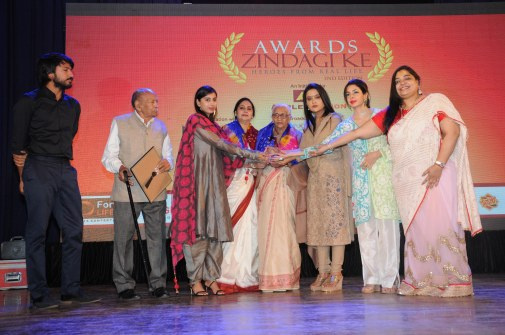 25. Amruta Fadnavis giving the Ward at the 2nd Editon of AWARDS ZINDAGI KE 2017 DSC_1652 (2)