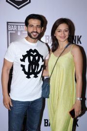 Hiten Tejwani and wife Gauri Pradhan spotted at an exclusive event hosted by Restaurateur Mihir Desai and Kedar Gawade at Bar Bank in Juhu (1)