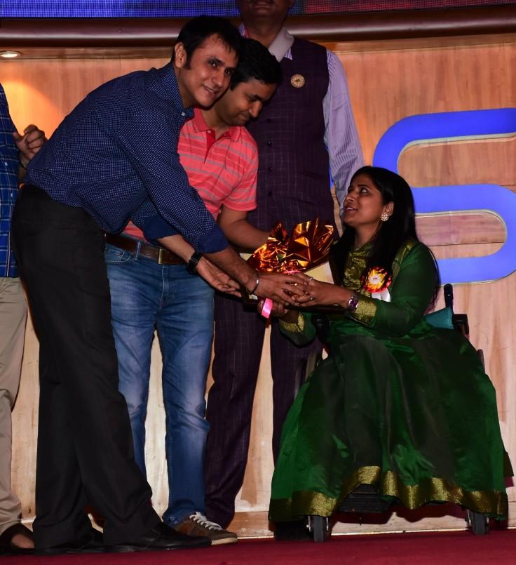 Jiten Lalwani felicitates an awardee at Ample Missiion's Shoorveer Awards & Bharat Prerna Awards 2019