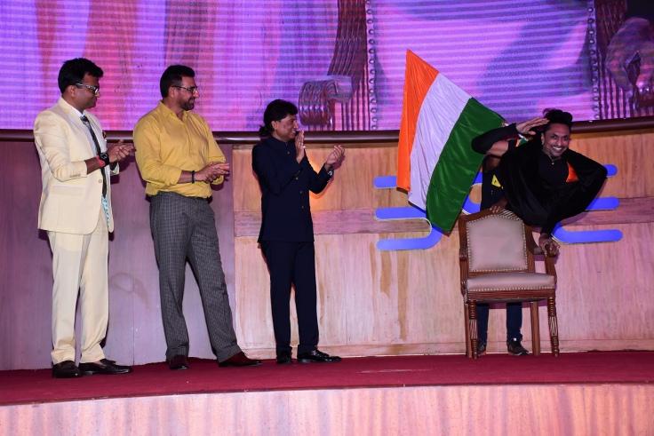 Kamlesh Patel, an awardee, performs while Dr.Aneel Kashi Murarka, Mukesh Rishi & Raju Shrivastav cheer him on 2 at Ample Missiion's Shoorveer Awards & Bharat Prerna Awards 2019