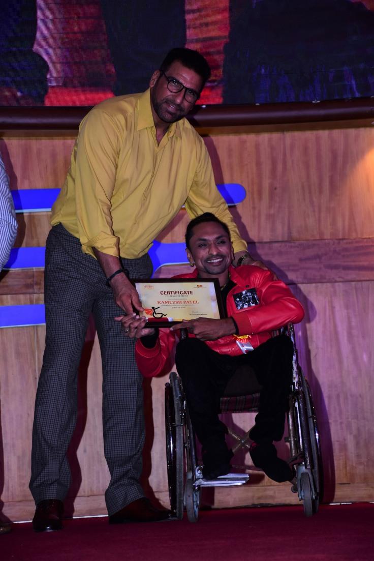Mukesh Rishi with awardee Kamlesh Patel at Ample Missiion's Shoorveer Awards & Bharat Prerna Awards 2019