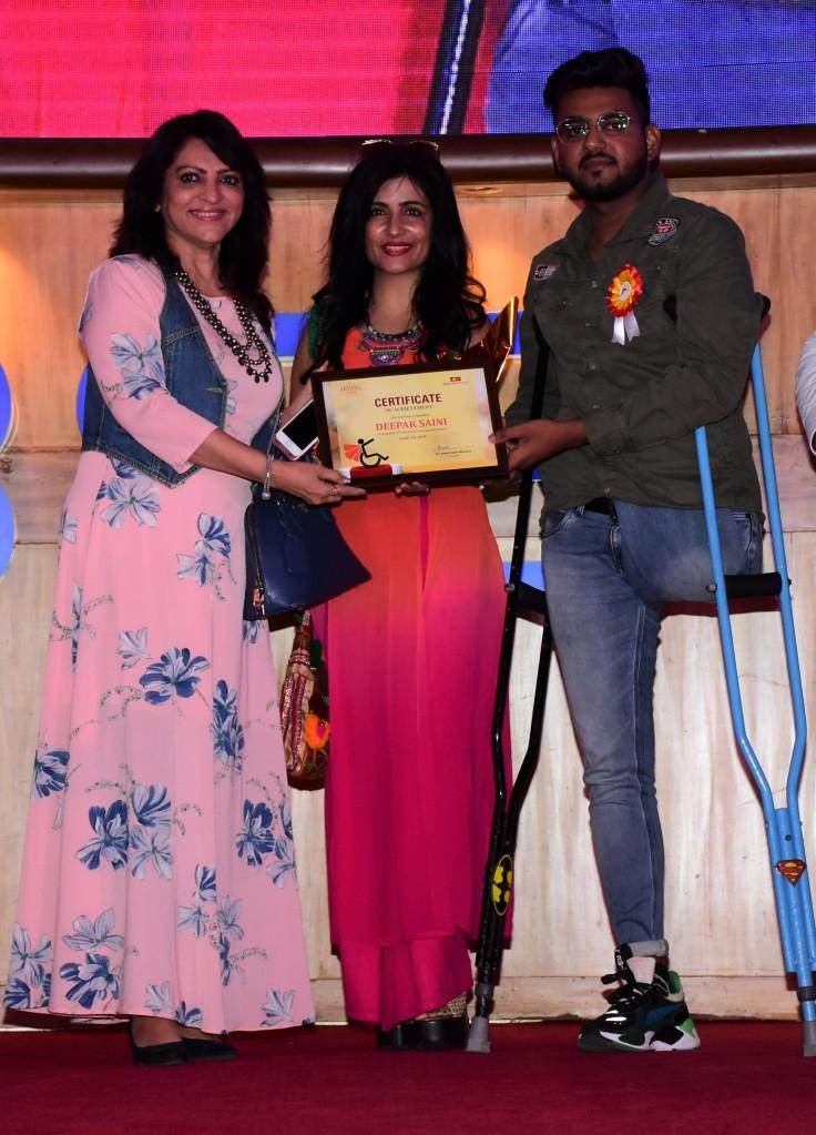 Shubh Malhotra and Shibani Kashyap with awardee Deepak Saini at Ample Missiion's Shoorveer Awards & Bharat Prerna Awards 2019